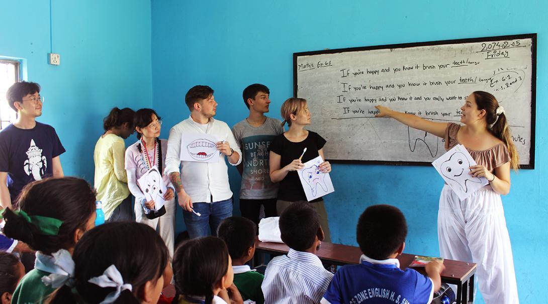 Pasantes de medicina en Nepal en una presentación sobre higiene.